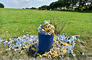 Nederland, Groesbeek, 17-7-20144 Daagse, Dag van Groesbeek, Zevenheuvelenweg. De vierdaagse is het grootste wandelevenement ter wereld. Deze dag is beroemd vanwege de heuvels die belopen moeten worden. Ook de plaatselijke bevolking en vooral de jeugd verzorgen veel afleiding met muziek en eten en drinken op het parcours. Het afval, vuinis dat dit tot gevolg heeft wordt eind van de dag opgeruimd door de reinigingsdienst. Foto: Flip Franssen/Hollandse Hoogte