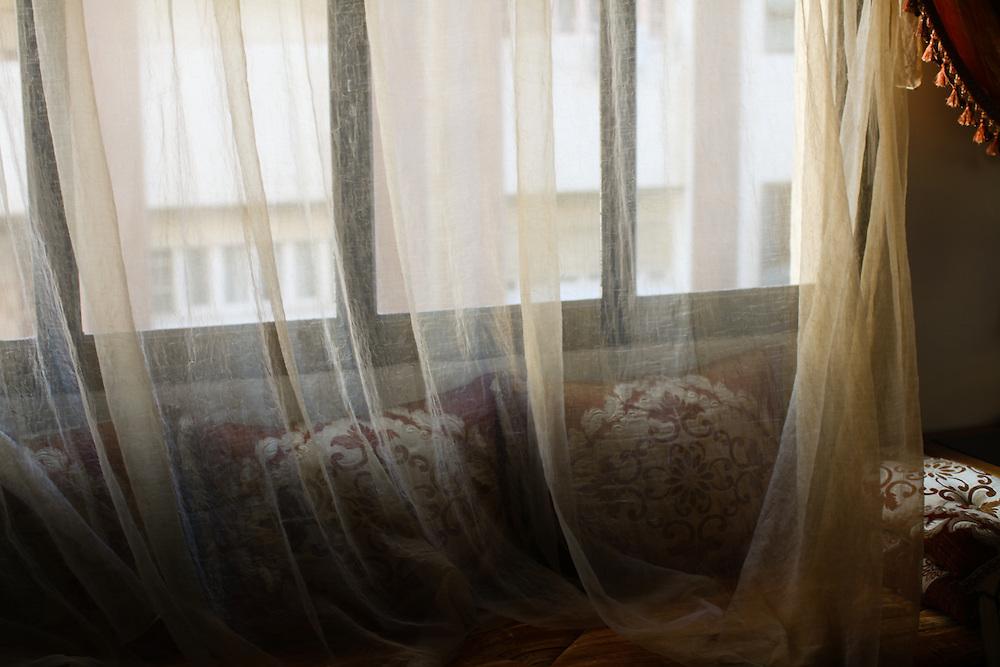 198 / Wohnzimmer und Vorhang: AFRIKA, MAR, MAROKKO, TANGER, 13.12.2010: Wohnzimmer und Vorhang. - Marco del Pra / imagetrust - Stichworte: Afrika, Marokko, Maghreb, Maroc, Koenigreich, Koenig, Mohammed VI, Islam, islamisch, Muslim, muslimisch, Arabisch, Berber, Al Maghreb, Maghreb, Nordafrika, Wohnzimmer, Sofa, Gardine, Vorhang,  Stadt, Tanger,