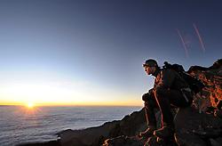 14-10-2008 REPORTAGE: BEKLIMMING MOUNT MERU: TANZANIA<br /> De eerste top Mount Meru is genomen / Pieter de Mol bij de sunrise<br /> ©2008-WWW.FOTOHOOGENDOORN.NL