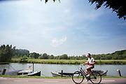 In Oud-Zuilen fietst een man langs de Vecht.<br /> <br /> In Oud Zuilen a man cycles along the Vecht.