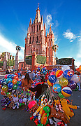 MEXICO, COLONIAL CITIES San Miguel de Allende, balloon vendor