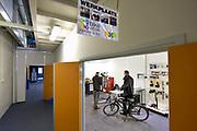 Nederland, Nijmegen, 7-3-2018Bij NXP staat een medewerker van Bikewerk in het bedrijf fietsen te repareren .Foto: Flip Franssen