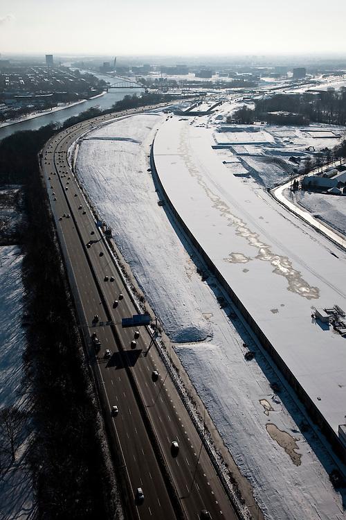 Nederland, Utrecht, Leidsche Rijn, 31-01-2010; het dak van de nieuwe landtunnel voor de A2. De tunnel ligt parallel aan de bestaande A2, het asfalt zal op termijn verdwijnen en op het dak van de tunnel zal een park komen. Links het Amsterdam-Rijnkanaal..The roof of the new landtunnel for A2. The tunnel lies parallel to the existing A2, the asphalt will eventually disappear and the roof of the tunnel will become park. Left the Amsterdam-Rhine canal..Left the Amsterdam-Rhine Canal.luchtfoto (toeslag), aerial photo (additional fee required).foto/photo Siebe Swart