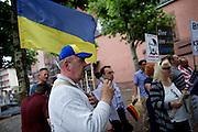 Frankfurt am Main | 05 July 2014<br /> <br /> Am Samstag (05.07.2014) demonstrierten am Domplatz in Frankfurt am Main etwa 25 Menschen f&uuml;r die Unabh&auml;ngigkeit der Ukraine und gegen den Einfluss von Russland.<br /> Hier: Eine Teilnehmer der Demo, der als &quot;Operns&auml;nger&quot; vorgestellt wurde, singt die ukrainische Nationalhymne, die deutsche Nationalhymne udn mehrmals &quot;Freude sch&ouml;ner G&ouml;tterfunken&quot;.<br /> <br /> [Foto honorarpflichtig, kein Model Release]<br /> <br /> &copy;peter-juelich.com