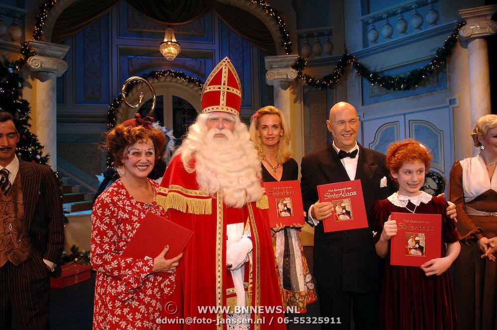 NLD/Bussum/20051116 - Overhandiging door Sinterklaas het boek,' Het document van Sinterklaas', aan Daphne Deckers voor de actie Pepernoot.