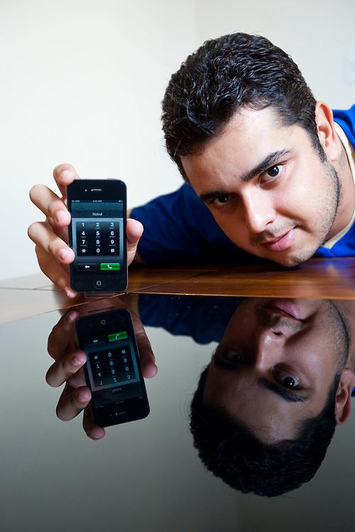 Ribeirao das Neves_MG, Brasil...Analista de sistemas, arrematou um iPhone 4 por 133,00 reais em um leilao on-line, Minas Gerais...Systems analyst, Systems analyst, snapped up an iPhone 4 for 133.00 reais  online auction, Minas Gerais. ..Foto: NIDIN SANCHES / NITRO