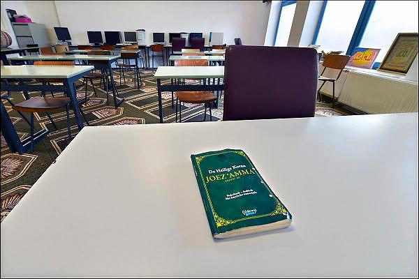 Nederland, Nijmegen, 30-5-2015Open dag bij moskee Abi Bakr in de wijk Wolfskuil. Deze moskee voor arabisch sprekende moslims in de stad en de regio is opgericht in 1985. Er is een gebedsruimte, kleine winkel met levensmiddelen, bibliotheek met vooral boeken over de islam, de profeet en de koran, een kapper, een ontmoetingsruimte annex koffiekamer en leslokalen waar koranonderwijs wordt gegeven, vooral aan jongeren.onderwijs,les,koranles,kennis,korankennisFOTO: FLIP FRANSSEN/ HOLLANDSE HOOGTE