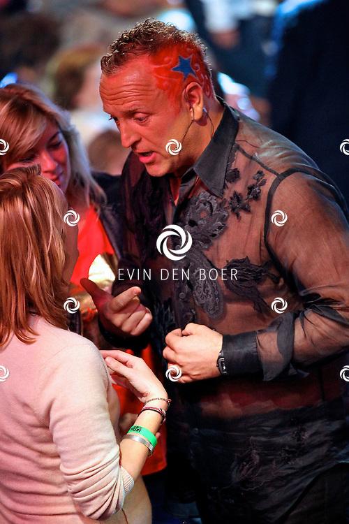 HILVERSUM - In studio 22 is de 2e liveshows begonnen van Hollands Got Talent.  Met op de foto jurylid Gordon met wel een hele bijzonder kapsel namelijk het logo van Hollands Got Talent erin geschoren. FOTO LEVIN DEN BOER - PERSFOTO.NU