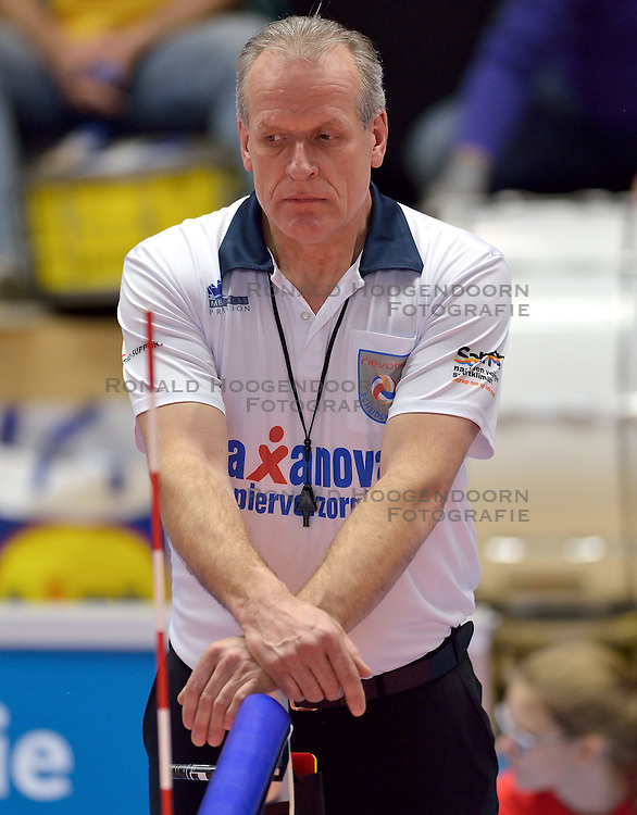22-02-2015 NED: Bekerfinale Abiant Lycurgus - Landstede Volleybal, Zwolle<br /> Scheidsrechter Frans Loderus