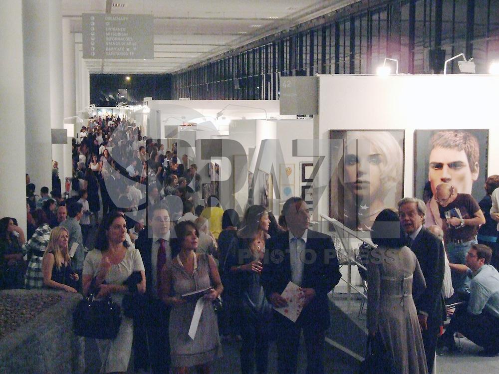 SÃO PAULO, SP, 13 DE MAIO DE 2009 - 5º EDIÇÃO DA SP ARTE - Abertura Feira Internacional de Arte de São Paulo, este ano participam da feira 80 galerias de arte, entre as quais onze são  estrangeiras, e um acervo de mais de 2500 obras, no Pavilhão da Bienal do Ibirapuera no bairro de Moema, região sul da capital paulista. FOTO: WILLIAM VOLCOV / BRAZIL PHOTO PRESS