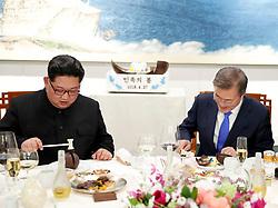 27일 오후 문재인 대통령과 김정은 국무위원장이 디저트 망고무스를 망치로 열어보고 있다.