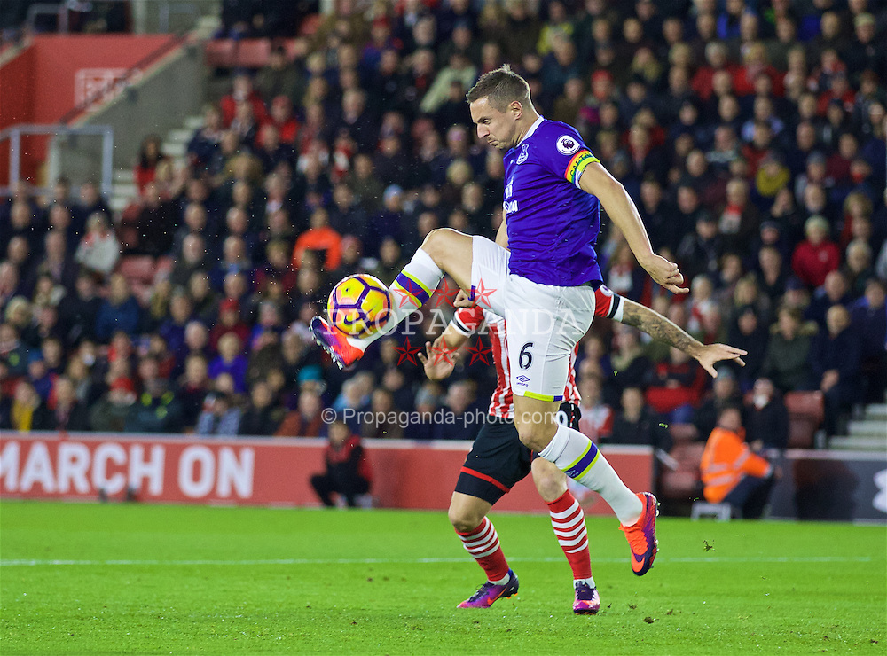 SOUTHAMPTON, ENGLAND - Saturday, November 19, 2016: Everton's captain Phil Jagielka in action against Southampton during the FA Premier League match at St. Mary's Stadium. (Pic by David Rawcliffe/Propaganda)