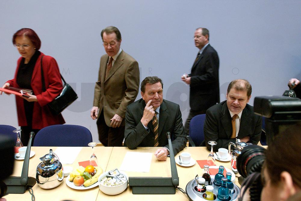 07 FEB 2004, BERLIN/GERMANY:<br /> Heidemarie Wieczorek-Zeul, SPD, Bundesentwicklungshilfeministerin, Franz Muenteffering, SPD Fraktionsvorsitzender, Gerhard Schroeder, SPD, Bundeskanzler, Peer Steinbrueck, SPD, Landesvorsitzender Nordrhein-Westfalen, Olaf Scholz, SPD, Generalsekretaer, (v.L.n.R.), vor Beginn der Sondesitzung des SPD Parteivorstandes nach der Bekanntgabe des Ruecktritts des Parteivorsitzenden, Willy-Brandt-Haus<br /> IMAGE: 20040207-01-017<br /> KEYWORDS: R&uuml;cktritt, Gerhard Schr&ouml;der, Franz M&uuml;ntefering