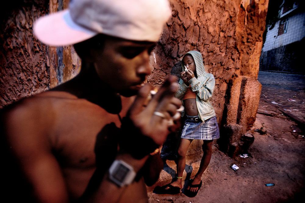 Salvador de Bahia, Brasil, febrero 2010, dos chico se droga en pleno centro de la ciudad