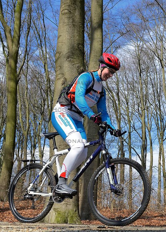 01-04-2013 ALGEMEEN: WE BIKE 2 CHANGE DIABETES: ARNHEM<br /> In de bossen bij Papendal werd de tweede meeting van de BvdGf gehouden met een fotosessie en een stukje biken Natalie<br /> &copy;2013-FotoHoogendoorn.nl