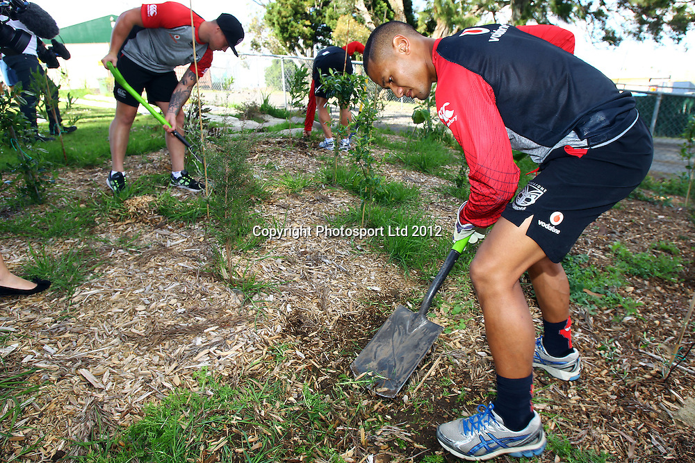 Pita Godinet, The beginning of the Vodafone Warriors Work Week, Warriors NRL league players help out out in the community with manual labour. East Tamaki Primary School, Auckland. 10 December 2012. Photo: William Booth/photosport.co.nz