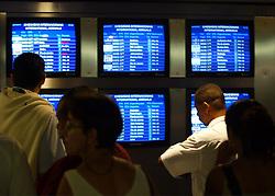Passageiros conferem o horário dos vôos atrasados pelo forte nevoeiro que encobriu o aeroporto Salgado Filho. FOTO: Jefferson Bernardes/Preview.com
