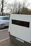 Ludwigshafen. 08.02.17 | BILD- ID 027 |<br /> Erzbergerstraße. Verkehrsüberwachung durch einen mobilen Blitzer. Ein Messeinheit auf einem Anhänger. Enforcement Trailer. Der ENFORCEMENT TRAILER ist mit einer unabhängigen Stromversorgung auf Basis von Hochleistungsbatterien ausgestattet, die einen ununterbrochenen Messbetrieb über fünf Tage ermöglicht. Um den Messbetrieb zu verlängern, lassen sich die eingesetzten Akkumulatoren vor Ort einfach tauschen. Zum Einsatz kommt dabei VITRONICs POLISCAN SPEED LIDAR-Messtechnik. Mit der Laser-Geschwindigkeitsmessung können alle Fahrzeuge über mehrere Spuren hinweg gleichzeitig erfasst werden.<br /> Bild: Markus Proßwitz 08FEB17 / masterpress (No Modelrelease!)