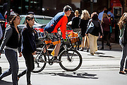 Fietsers rijden in de Financial District in San Francisco waar veel hoofdkantoren van banken en grote ondernemingen zijn gevestigd. De Amerikaanse stad San Francisco aan de westkust is een van de grootste steden in Amerika en kenmerkt zich door de steile heuvels in de stad.<br /> <br /> Cyclists at the Financial District of San Francisco where headquarters of banks and financial companies are located. The US city of San Francisco on the west coast is one of the largest cities in America and is characterized by the steep hills in the city.