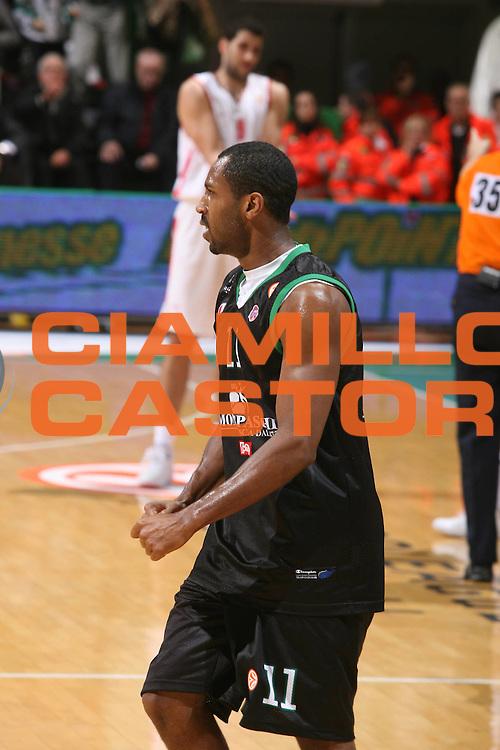 DESCRIZIONE : Siena Eurolega 2007-08 Montepaschi Siena Olimpiacos Piraeus <br /> GIOCATORE : Bootsy Thornton <br /> SQUADRA : Montepaschi Siena <br /> EVENTO : Eurolega 2007-2008 <br /> GARA : Montepaschi Siena Olimpiacos Piraeus <br /> DATA : 05/12/2007 <br /> CATEGORIA : Esultanza <br /> SPORT : Pallacanestro <br /> AUTORE : Agenzia Ciamillo-Castoria/G.Ciamillo