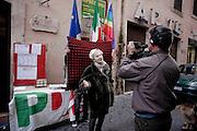 ROMA. UN ELETTORE DEL PARTITO DEMOCRATICO DURANTE UN INTERVISTA ALL'USCITA DAL SEGGIO ELETTORALE