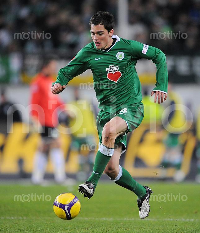 FUSSBALL   1. BUNDESLIGA   SAISON 2008/2009   14. SPIELTAG VfL Wolfsburg - VfB Stuttgart          22.11.2008 Marcel SCHAEFER (VfL Wolfsburg) Einzelaktion am Ball