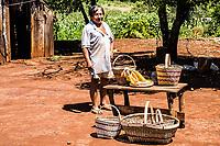 Membros de tribo guarani na Reserva Indígena Xapecó e exemplos de seu artesanato. Entre Rios, Santa Catarina, Brasil. / <br /> Members of Guarani ethnic group in Xapecó Indian Reserve and some examples of their handicraft work. Entre Rios, Santa Catarina, Brazil.