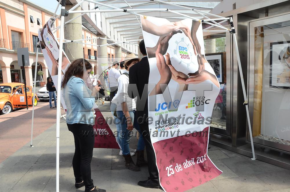 """TOLUCA, Mexico.-  Con la finalidad de promover y apoyar a personas con problemas de salud y de escasos recursos, se llevó acabo la """"Expo Social 2015"""", en la Plaza González Arratia de esta ciudad, diferentes agrupaciones sociales ofrecieron asesoría y  orientación. Agencia MVT. José Hernández.  (DIGITAL)"""