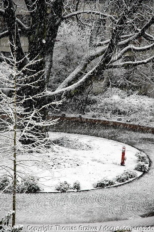 Winterliche Szene mit Baum und rotem Hydrant