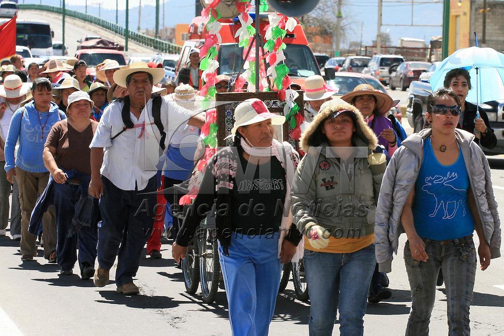 Toluca, Mex.- Un grupo de peregrinos de Ixtapan de la Sal, Villa Guerrero, Tonatico, Zumpahuacan, Tenango del Valle y otro municipios de la di&oacute;cesis de Tenancingo caminaron por la carretera a fin de llegar a la capital mexiquense en donde pasaran la noche y el d&iacute;a de ma&ntilde;ana despu&eacute;s de escuchar misa en la Catedral de Toluca a las 6 de la ma&ntilde;ana partir&aacute;n con rumbo a la Bas&iacute;lica de Guadalupe, har&aacute;n un alto para pasar la noche en  la Marquesa y despu&eacute;s continuar con su camino. Agencia MVT / Jos&eacute; Hern&aacute;ndez. (DIGITAL)<br /> <br /> NO ARCHIVAR - NO ARCHIVE