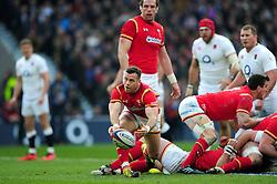Gareth Davies of Wales passes the ball - Mandatory byline: Patrick Khachfe/JMP - 07966 386802 - 12/03/2016 - RUGBY UNION - Twickenham Stadium - London, England - England v Wales - RBS Six Nations.