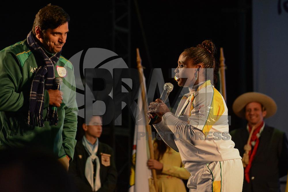 PORTO ALEGRE, RS, 07.07.2016 - RIO-2016 - Daiane Garcia dos Santos ex-ginasta brasileira, revezamento da Tocha Olímpica em Porto Alegre, nesta quinta-feira. (Foto: Rodrigo Ziebell/Brazil Photo Press)