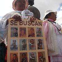 Toluca, Mex.- Un grupo de indigenas de varias etnias, se manifestaron frente al monumento a Colón, para exigir la dignificación de los pueblos en América Latina, esto, en el marco del DXVI Aniversario del encuentro de Dos Mundos. Agencia MVT / Luis Enrique Hernandez V. (DIGITAL)<br /> <br /> NO ARCHIVAR - NO ARCHIVE