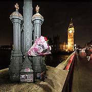 Londra il giorno dopo l'incidente a Westminster.<br /> Mazzi di fiori depositati dai londinesi in omaggio alle vittime<br /> <br /> London: the day after the accident in Westminster. Bunches of flowers from the Londoners as an homage to the victims.