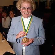 Carnavalsvereniging de Gooikikkers overhandigen de Gouden Kikker aan Gerrie Otten, wethouder Vrieze krijgt medaille