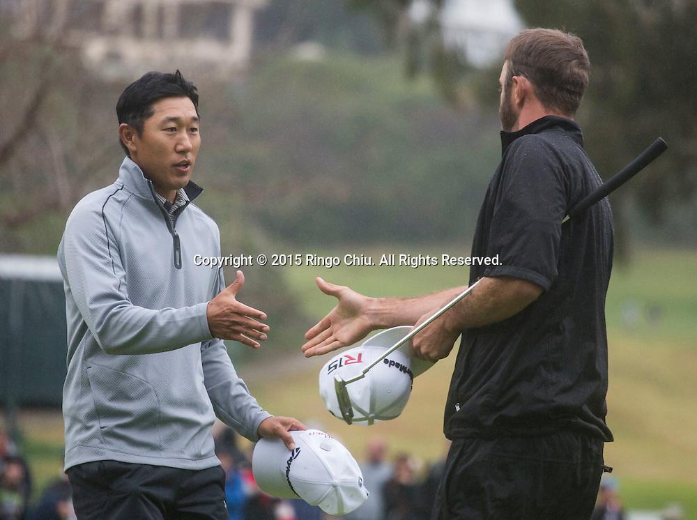 2月22日,韓裔美籍高爾夫球手詹姆士-韓在比賽后與最後對手達斯汀 - 約翰遜握手。當日,2015年美巡北美信託高爾夫球公開賽決賽在洛杉磯里維拉鄉村俱樂部舉行,詹姆士-韓獲得冠軍。<br /> (新華社發 趙漢榮攝)<br /> James Hahn, left, shakes hands with Dustin Johnson after winning the PGA Tour Northern Trust Open golf tournament on the third playoff hole at Riviera Country Club, Sunday, February 22, 2015, in Los Angeles. (Xinhua/Zhao Hanrong)(Photo by Ringo Chiu/PHOTOFORMULA.com)