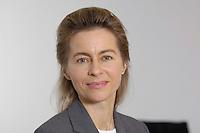 12 DEC 2005, BERLIN/GERMANY:<br /> Ursula von der Leyen, CDU, Bundesfamilienministerin, in ihrem Buero, Bundesministerium fuer Familie, Senioren, Frauen, und Jugend<br /> Ursula von der Leyen, Federal Minister for family, Seniors, Women and Youth, in her office<br /> IMAGE: 20051212-01-033