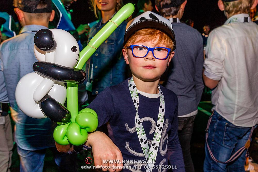 NLD/Amsterdam/20170412- Aankomst reuzenpanda's WU WEN en XING YA in Nederland, jongetje met een pandaballon