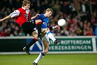 Fotball. UEFA-cup 2001/2002. Feyenoord mot Glasgow Rangers, 28.02.02. Loovens i duell med Tore Andre Flo.<br />Foto: Stanley Gontha, Digitalsport
