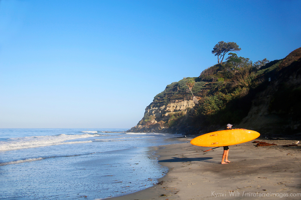 USA, California, Encinitas. Swami's Beach SUP Surfer.
