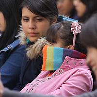 TOLUCA, México.- Alumnos de la Escuela Bancaria y Comercial (EBC), a pesar del frio de la mañana, escuchan con atención las conferencias sobre finanzas y administración, en la semana nacional de educación financiera. Agencia MVT / José Hernández. (DIGITAL)