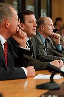 """25.02.1999, Deutschland/Bonn:<br /> Hans-Olaf Henkel, Präsident BDI, Gerhard Schröder, Bundeskanzler, und Klaus Zwickel, Vorsitzender IG Metall, während der Pressekonferenz zum 2. Gespräch """"Bündnis für Arbeit"""", Info-Saal, Bundeskanzleramt, Bonn<br /> IMAGE: 19990225-04/01-10<br /> KEYWORDS: Gerhard Schroeder"""