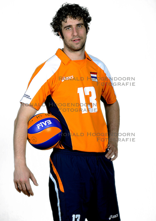18-05-2010 VOLLEYBAL: NEDERLANDS HEREN VOLLEYBAL TEAM: CAPELLE AAN DE IJSSEL<br /> Reportage Nederlands volleybalteam mannen / Yannick van Harskamp<br /> &copy;2010-WWW.FOTOHOOGENDOORN.NL