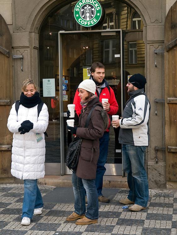 Die vor kurzem eröffnete Starbucks Filiale am Kleinseitner Ring (Malostranske Namesti) in Prag.<br /> <br /> The new opened Starbucks branch store at the Malostranska square (Malostranske Namesti) in Prague.