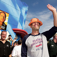 "Bruce Willis waves to the crowd as travels the red carpet on Thursday, July 13, 2000 at Planet Hollywood located in Downtown Disney is Lake Buena Vista, Fla. Willis was on hand to welcome NBA superstar Shaquille O'Neal into the Planet Hollywood family. O'Neal recently became a shareholder in the company. Willis is currently starring in Disney's ""The Kid"" which is in theatres now.(Corbis-Sygma Photo/Scott Audette)"
