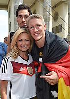 FUSSBALL WM 2014  PARTY DER DEUTSCHEN NATIONALMANNSCHAFT 15.07.2014 AM BRANDENBURGER TOR IN BERLIN   Bastian SCHWEINSTEIGER (re) mit Saengerin Helene FISCHER  und Mats HUMMELS (hinten)