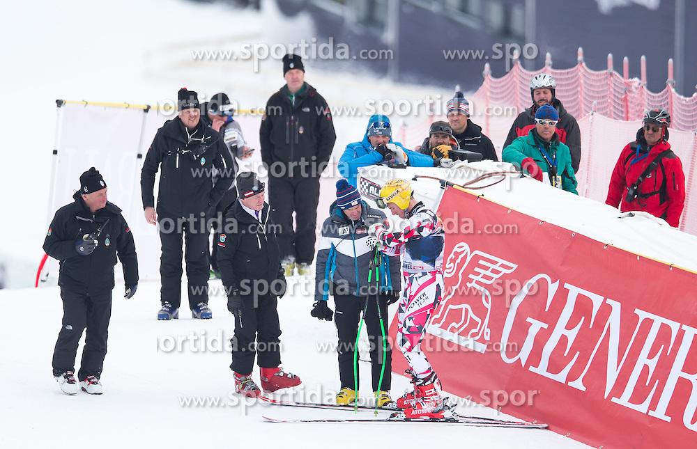 19.01.2016, Streif, Kitzbuehel, AUT, FIS Weltcup Ski Alpin, Kitzbuehel, 1. Abfahrtstraining, Herren, im Bild Max Franz (AUT) nach seinem Sturz beim Sportlichen Leiter ÖSV Herren- Alpin Andreas Puelacher // Max Franz of Austria after his crash ( R ) with OeSV men's headcoach Andreas Puelacher ( L ) during 1st Training of the men's Downhill Race of Kitzbuehel FIS Ski Alpine World Cup at the Streif in Kitzbuehel, Austria on 2016/01/19. EXPA Pictures © 2016, PhotoCredit: EXPA/ Johann Groder