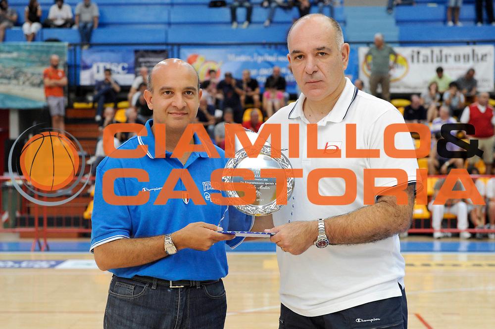 DESCRIZIONE : Caorle Lega A 2011-2012 Torneo Citta di Caorle Precampionato Clinic Allenatori<br /> GIOCATORE : Emanuele Molin<br /> CATEGORIA : coach clinic premio<br /> SQUADRA : EA-7 Emporio Armani Milano Bennet Cantu<br /> EVENTO : Campionato Lega A 2011-2012<br /> GARA : <br /> DATA : 18/09/2011<br /> SPORT : Pallacanestro<br /> AUTORE : Agenzia Ciamillo-Castoria/C.De Massis<br /> GALLERIA : Lega Basket A 2011-2012<br /> FOTONOTIZIA : Caorle Lega A 2011-2012 Torneo Citta di Caorle Precampionato Clinic Allenatori<br /> PREDEFINITA :