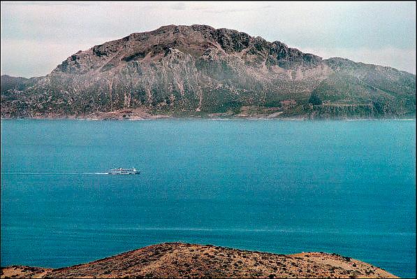 Spanje, Algeciras, 7-6-2006..Uitzicht op de straat van Gibraltar. Op de achtergrond de bergen langs de kust van Marokko. Costa de Luz. Spanje wilt een tunnel, spoortunnel aanleggen tussen Tarifa en Tanger...Foto: Flip Franssen