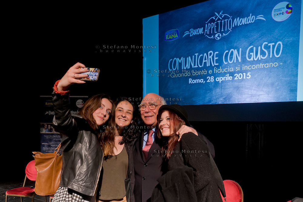 Roma 28 Aprile 2015<br /> Comunicare con Gusto<br /> Quando bont&agrave; e fiducia si incontrano<br /> Giovanni Rana, Presidente e fondatore del Pastificio Rana, si fa un selfie con alcuni studenti che hanno partecipata all'incontro, al teatro Vascello.<br /> Rome April 28, 2015<br /> Communicate with Gusto<br /> When goodness and  assurance meet<br /> Giovanni Rana, President and founder of the Pastificio Rana,  selfie with some students who assisted with the meeting, a Vascello theater.